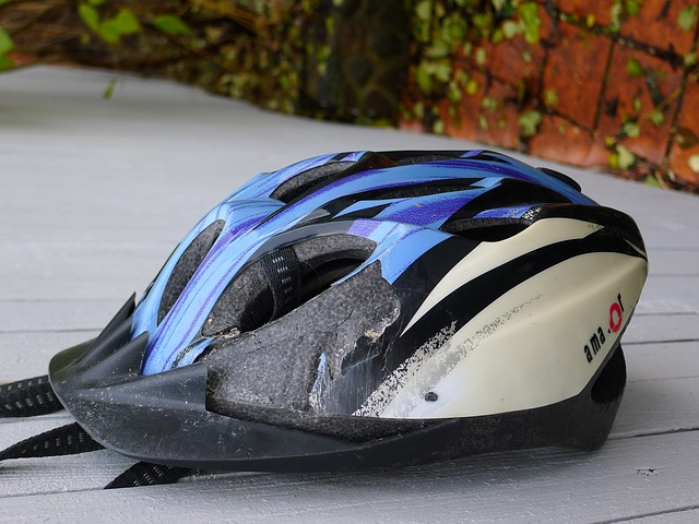 傷ついたヘルメット