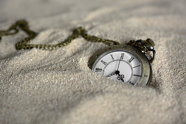 砂に埋れた時計