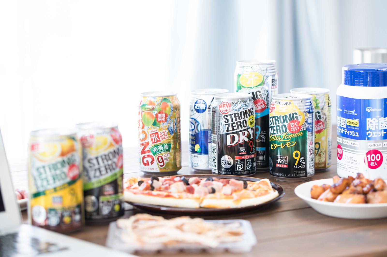 テーブルに並べられたアルコール飲料とおつまみ